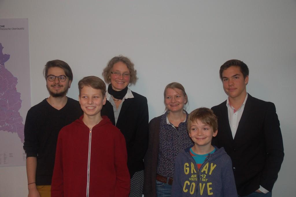 Berliner Schülerbischöfe mit Schulleiterin Christine Behnken (3.v.l.) und Religionslehrerin Melanie Krewet (4.v.l.)