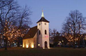 Die Dorfkirche auf der Dorfaue Alt-Reinickendorf. Foto: Martina Friedrich
