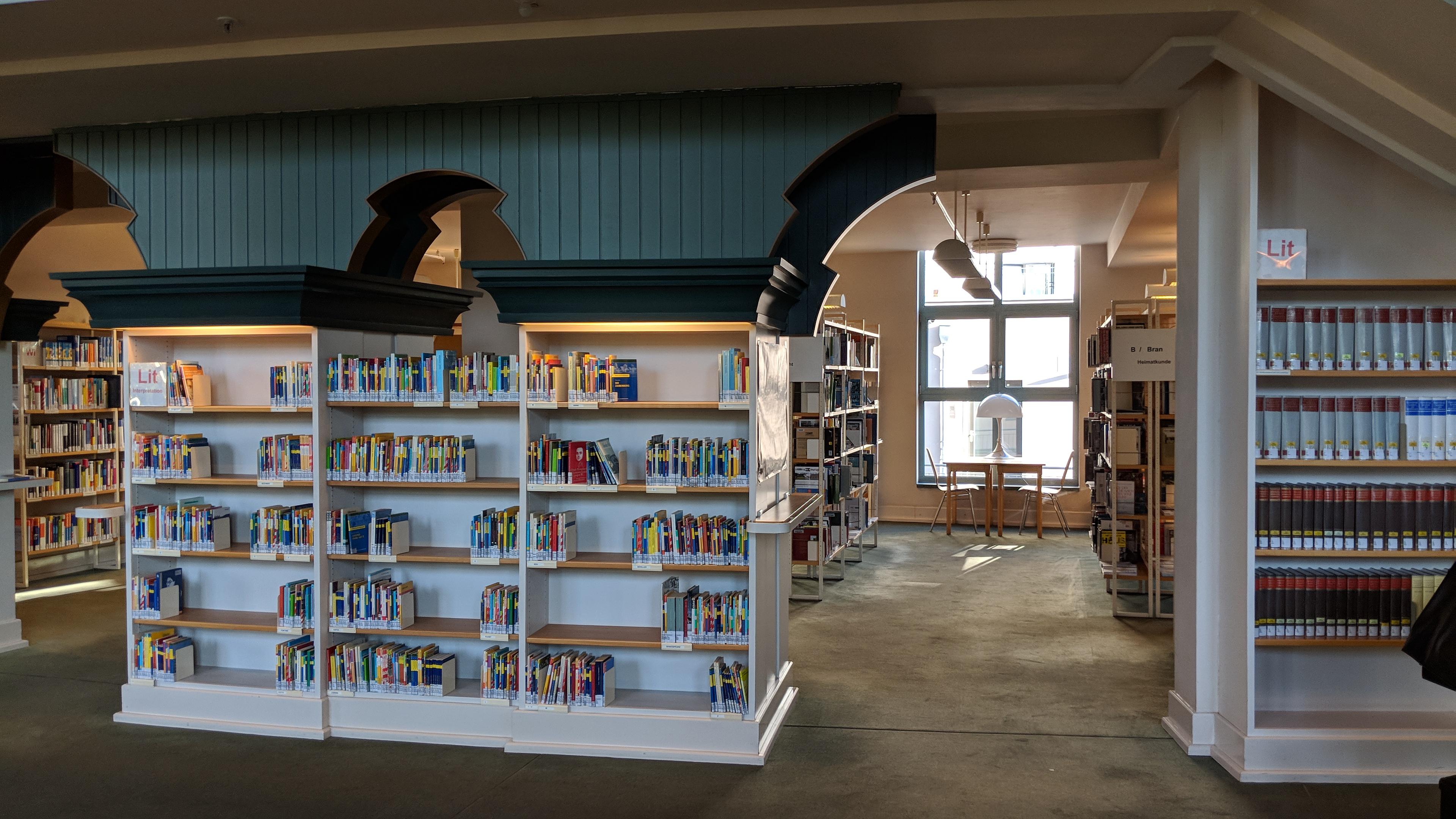 Bücherregale in der Humboldt-Bibliothek in Tegel.