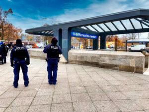 Polizeistreife am U-Bahnhof Rathaus Reinickendorf