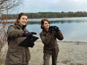 Die beiden Stadtnatur-Rangerinnen für Reinickendorf: Joanna Laß (links im Bild) und Victoria Wölk. Bild: Stiftung Naturschutz / Dennis von der Wall